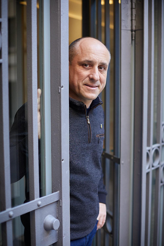 Jaume Piquer a la porta de l'Escola d'El Foment (foto: David Borrat. Diari Ara)